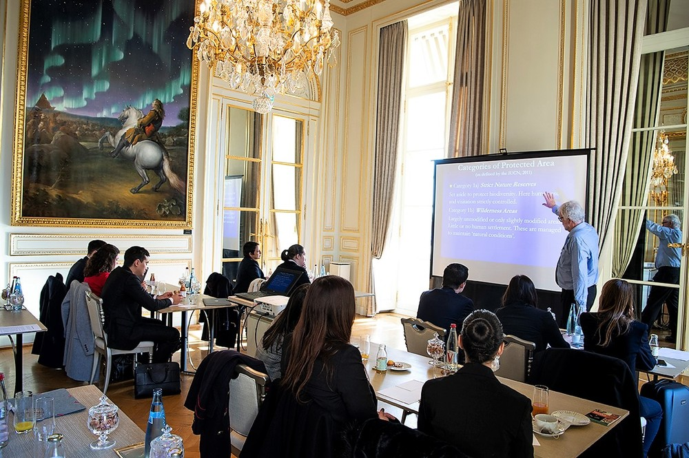 Cours de Critical Issues par le Professeur Peter Mason aux étudiants en Master au Palace Le Crillon
